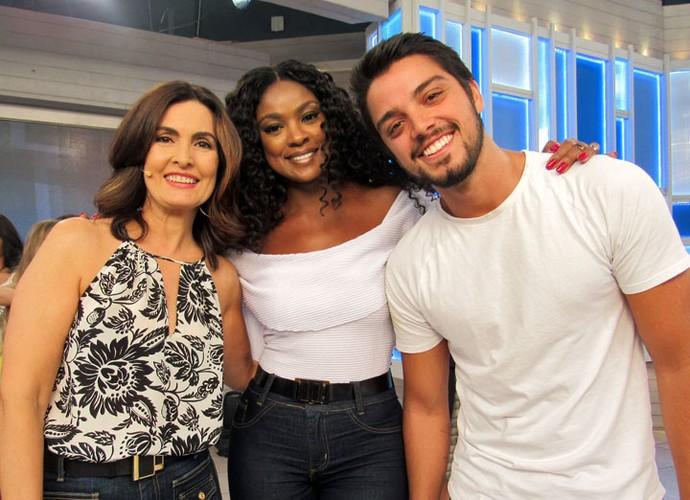 A apresentadora com os atores Rodrigo Simas e Cris Vianna  (Foto: Carolina Morgado/Gshow)