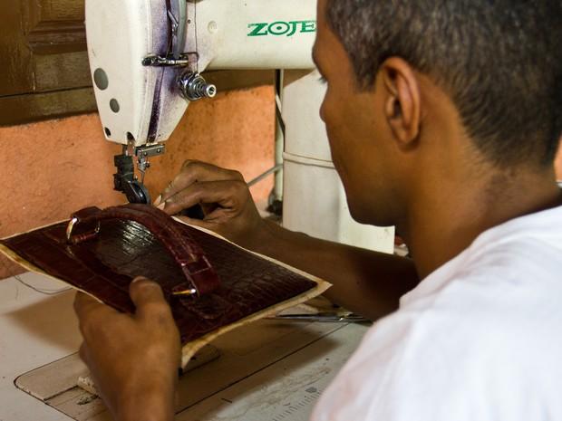 Artigos de pele de jacaré são produzidos em Alagoas (Foto: Jonathan Lins/G1)