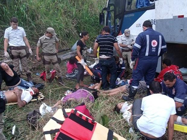 Ônibus capota na BR-330 e deixa 40 feridos na Bahia, diz PRF (Foto: Giro em Ipiaú/Divulgação)