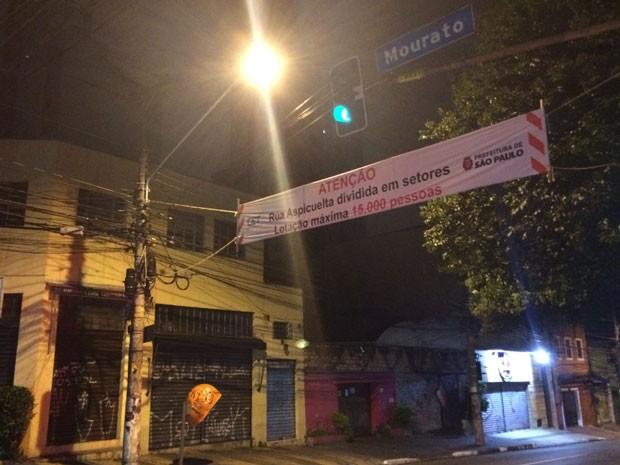 Faixa da Prefeitura informa que o número de foliões na Vila Madalena será limitado a 15 mil pessoas (Foto: Kleber Tomaz / G1)
