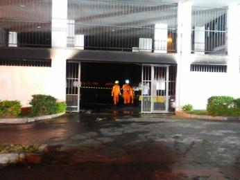 Bombeiros em garagem incendiada de prédio no Guará 2 (Foto: Corpo de Bombeiros/Divulgação)