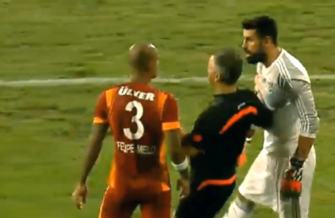 FRAME Felipe Melo trombada com goleiro jogo Galatasaray (Foto: Reprodução)