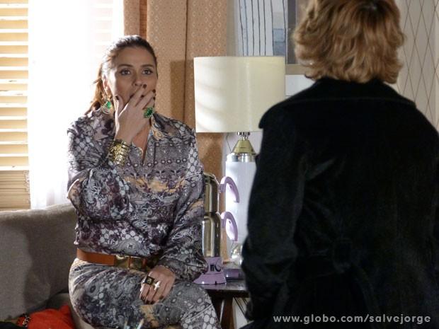 Inacrê! Helô descobre que Lívia era stripper (Foto: Salve Jorge/TV Globo)