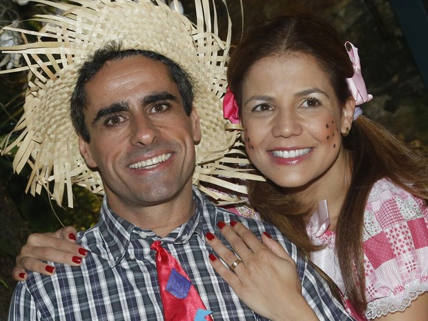 Ele deu a aliança para a atriz no dia anterior (Foto: Roberto Filho/AgNews)