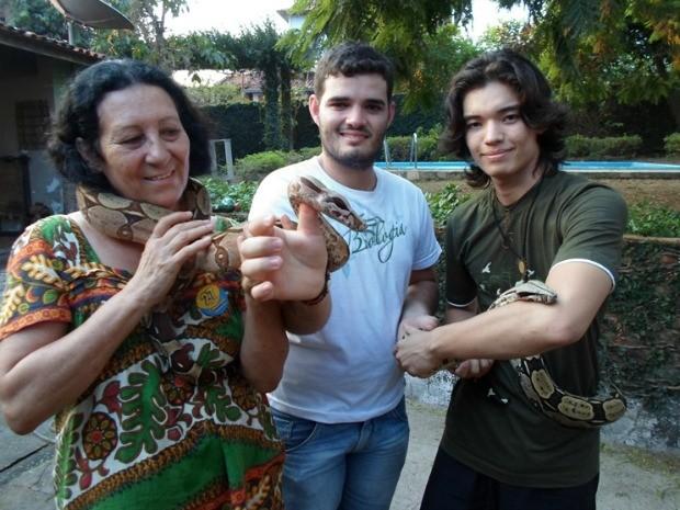 Maria coma jiboia Gaia, Pedro e Miguel com a cobra Nhame-Nhame (Foto: Paula Casagrande/G1)
