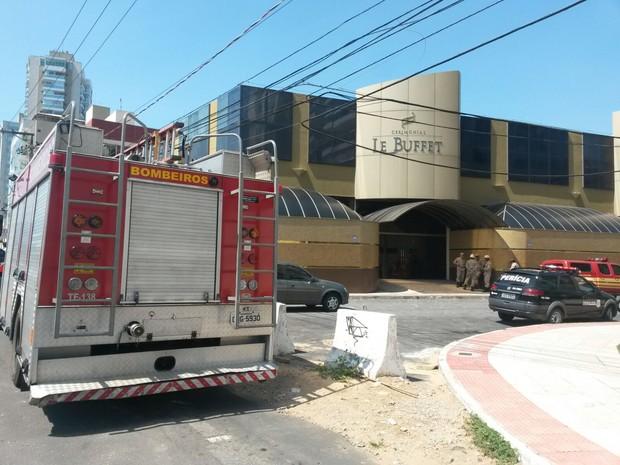 Trabalhador morre eletrocutado no  cerimonial Le Buffet, em Vitória, espírito santo (Foto: Rodrigo Maia/ TV Gazeta)