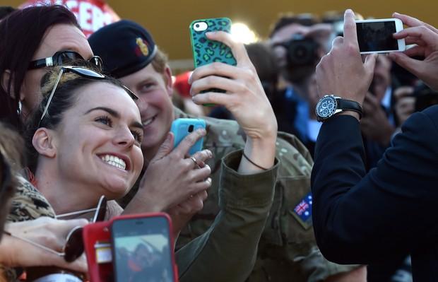 Príncipe Harry tira selfie com fãs na Austrália (Foto: AFP PHOTO/Saeed Khan)