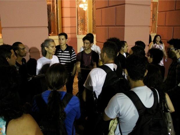 Professor de teatro (cabelo grisalho e camisa branca) organizou o protesto (Foto: Marcos Dantas/G1)