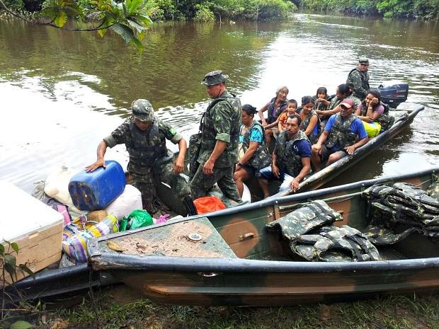 Exército ajuda locomoção de populares prejudicados com desabamento (Foto: Lindon Johnson/TV Amazonas)