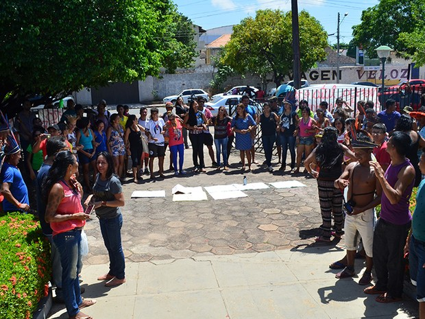 Indígenas acompanharam a audiência de custódia do lado de fora da Justiça Federal (Foto: Geovane Brito/G1)