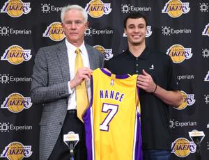 Larryn Nance Jr. recebe a camisa das mãos do gerente Mitch Kupchak (Foto: J Diaz/Lakers.com)
