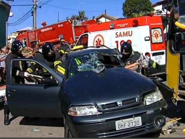 Carro e ônibus batem em Jundiaí, SP, e motorista fica preso nas ferragens (Foto: Reprodução TV Tem)