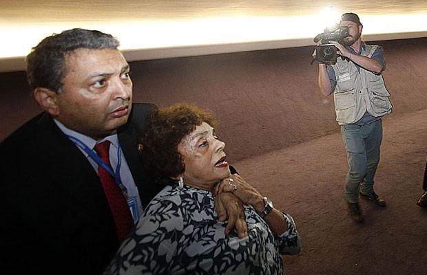 A aposentada Ruth Gomes de Sá, 79 anos, é contida por agente de segurança do Congresso (Foto: André Dusek / Estadão Conteúdo)