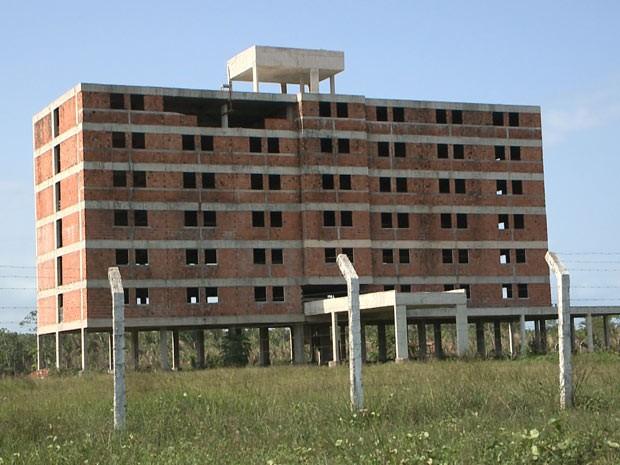 Construção de hotel foi abandonada após cancelamento do projeto (Foto: Miguel Nery/TV Mirante)
