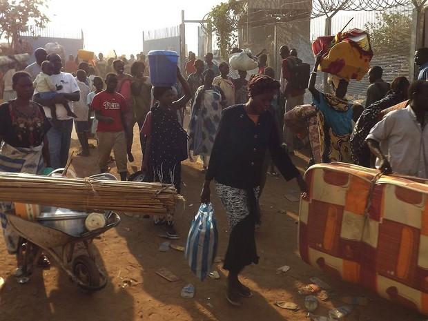 Famílias chegam em busca de refúgio complexo do UNMiss, órgão ligado à ONU, em Juba, no Sudão do Sul. (Foto: AFP/Stringer)