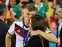 O jogador da Alemanha Toni Kroos beija a namorada Jessica Farber