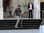 Gerard Butler  caminha pelas ruas de São Paulo