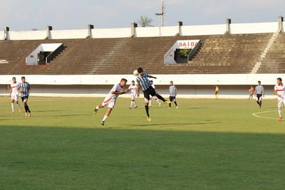 Lance entre Guaicurus e Moreninhas pela semifinal do estadual sub-19 (Foto: Hélder Rafael)