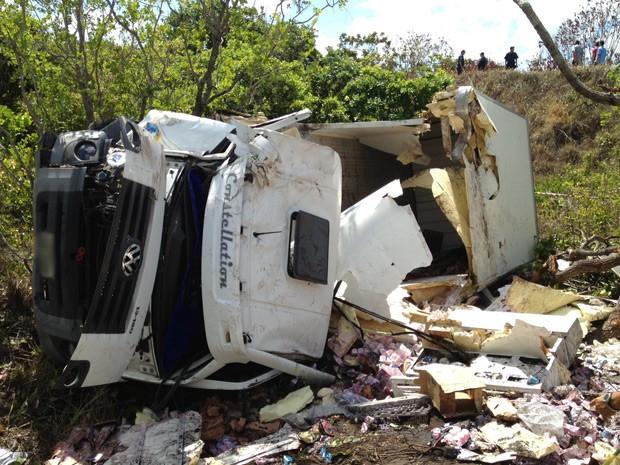 Capotagem aconteceu na PB-008, no Conde, após falha mecânica do caminhão, segundo relato dos ocupantes à polícia (Foto: Walter Paparazzo/G1)