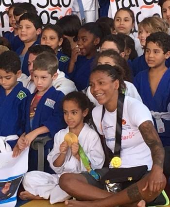 Rafaela Silva tirou foto com as crianças e mostrou a medalha de ouro de pertinho (Foto: Amanda Kestelman)