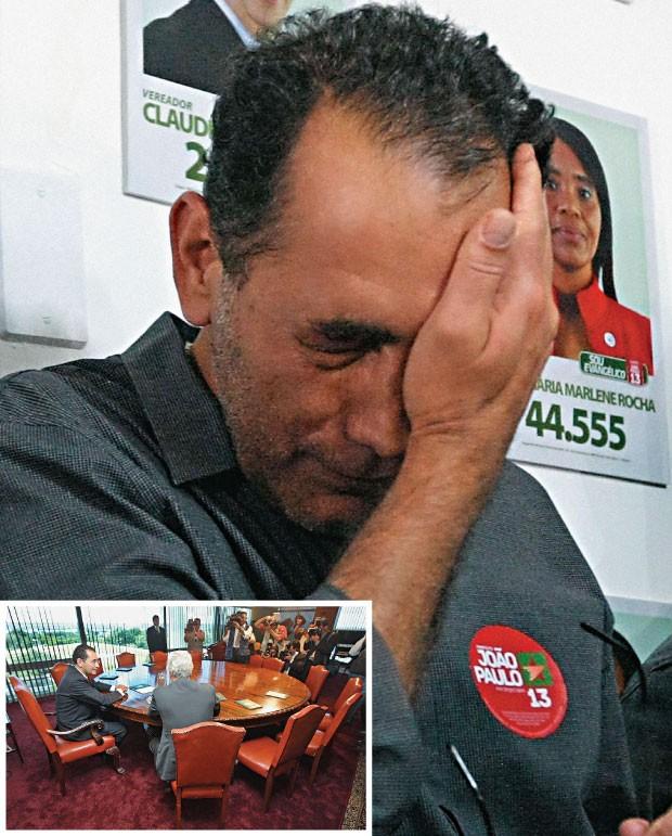 A QUEDA   João Paulo Cunha em campanha eleitoral (ao lado) e numa reunião quando foi presidente da República. Condenado, ele retirou a candidatura  (Foto: Alex Silva/AE e Sergio Lima/Folhapress )
