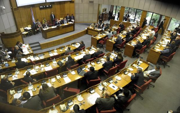 Senado do Paraguai debate nesta sexta-feira (22) a possibilidade de impeachment de Fernando Lugo (Foto: AFP)