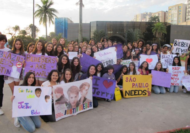 SAO PAULO -- About 70 Justin Bieber fans met Sunday afternoon in Santos, on the São Paulo coast, to ask the Canadian singer to visit Brazil.