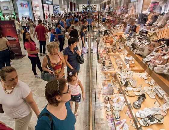 DOR DE CRESCIMENTO Clientes num shopping center em São Paulo.  O maior número  de  consumidores no país pressiona as empresas (Foto: Danilo Verpa/Folhapress)