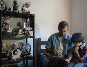 Manfredo Marello, piloto mirim de kart, com o pai (Foto: Danilo Sardinha/Globoesporte.com)