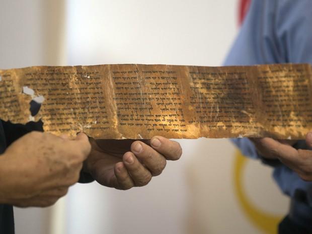 Em foto de 18 de dezembro de 2012, o diretor geral da Autoridade de Antiguidades de Israel, Shuka Dorfmann, e o professor Yossi Matias, diretor do Google de Israel, exibem réplica de um trecho do manuscrito dos Dez Mandamentos (Foto: AFP Photo/Menahem Kahana)
