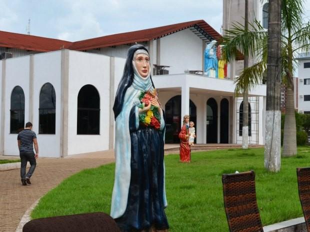 Estátuas de santos que estão na praça da igreja matriz ofendem outras religiões, segundo o bispo (Foto: Paula Casagrande/G1)