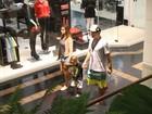 Thiago Rodrigues e Cristiane Dias passeiam com o filho no Rio