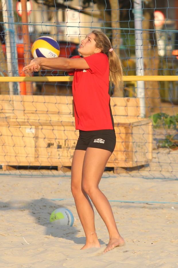 Sasha treinando na praia (Foto: Dilson Silva / Agnews)