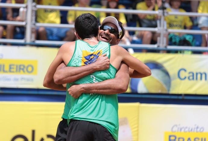 André e Ricardo se abraçam após o título da etapa de Campo Grande (MS)  (Foto: Matheus Vidal/CBV)