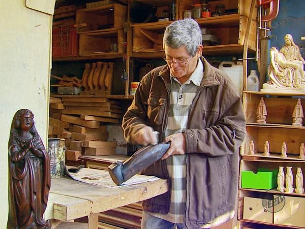Escultor há 40 anos, Paulo Henrique tem devoção ao trabalho que faz (Foto: Reprodução EPTV)