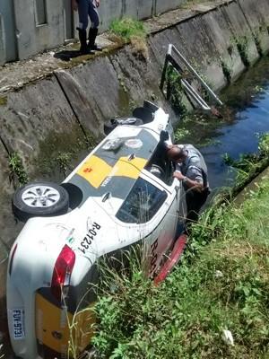 Viatura da Polícia Rodoviária caiu dentro de canal (Foto: G1)