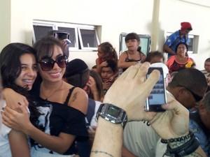 No local, a cantora anunciou a doação e atendeu fãs. (Foto: Mariana Perim/G1 ES)