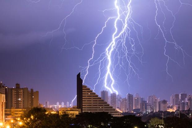 Foto eleita pelo Elat-Inpe como a melhor imagem de raio de 2014 foi feita em Londrina, em uma madrugada de agosto (Foto: Fedrizzi Junior/ELAT/INPE)