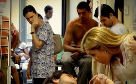 Janaína saca clima entre Lúcio e Carminha no hospital