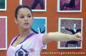 Concentrada, a atriz aprende os movimentos (Foto: Domingão do Faustão / TV Globo)