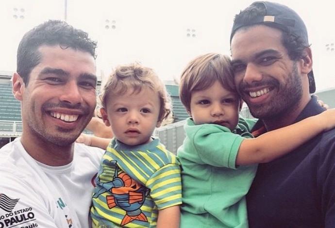 Nadadores Daniel Dias e André Brasil com os filhos, Asaph e Leonardo, respectivamente (Foto: Reprodução/Instgram)