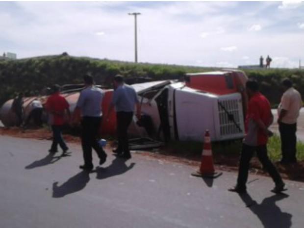 Motorista do veículo teve ferimentos leves, mas não quis ser atendido em algum hospital da região (Foto: Arquivo Pessoal/ Giovanni Ricardo de Oliveira)