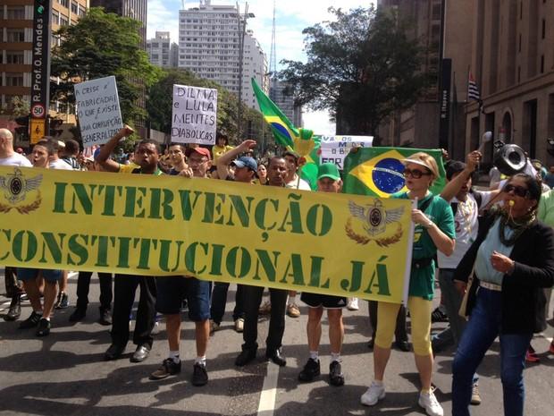 SÃO PAULO: Um grupo de manifestantes exibe faixa pedindo intervenção constitucional na Avenida Paulista (Foto: Gabriela Gonçalves/G1)