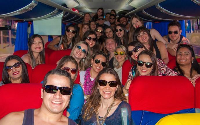 No ônibus, galera de Piracicaba se prepara para o João Rock, em Ribeirão Preto (Foto: Hélio Graça)