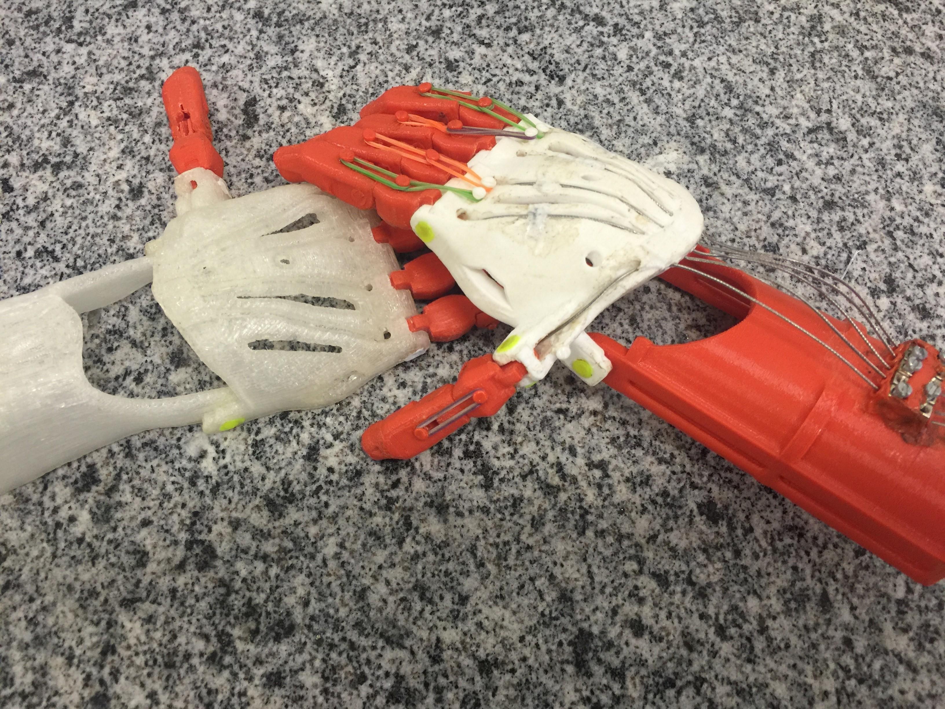 Próteses de braços impressas em 3D na Universidade Federal de Goiás (Foto: Divulgação)