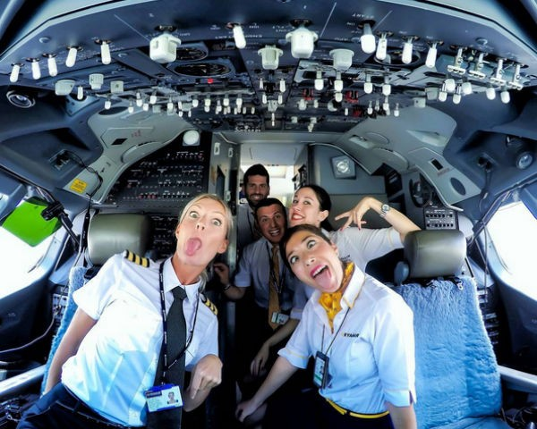A pilota sueca Maria Pettersson, de 32 anos, posa com colegas dentro de avião (Foto: Reprodução/Instagram)