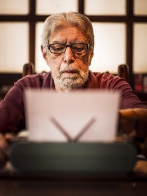 O escritor Ivan Junqueira em 2013 (Foto: Arquivo (19/07/2013) / Fabio Seixo / Ag. O Globo)