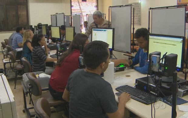 Eleitores no cadastro biométrico (Foto: Reprodução/TV Amapá)