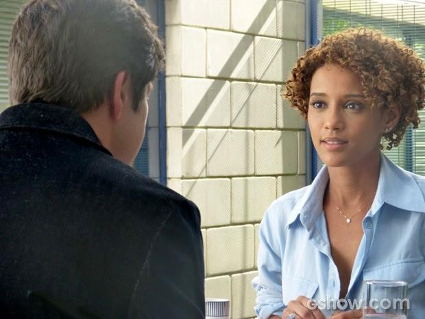 Verônica fica surpresa com convite, mas resolve aceitar (Foto: Geração Brasil / TV Globo)