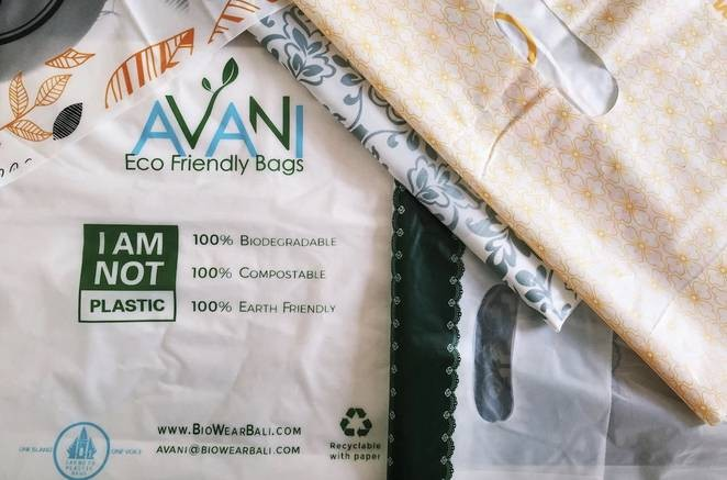 Sacola é feita com mandioca, óleo vegetal e resinas orgânicas. (Foto: Divulgação)